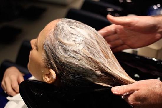 Kiểm soát da đầu nhờn bằng vài phương pháp tự nhiên