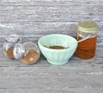 Tự tay diệt mụn với mật ong, nhục đậu khấu và bột quế