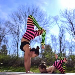 Bộ ảnh tập yoga cùng con của bà mẹ nổi tiếng trên Instagram