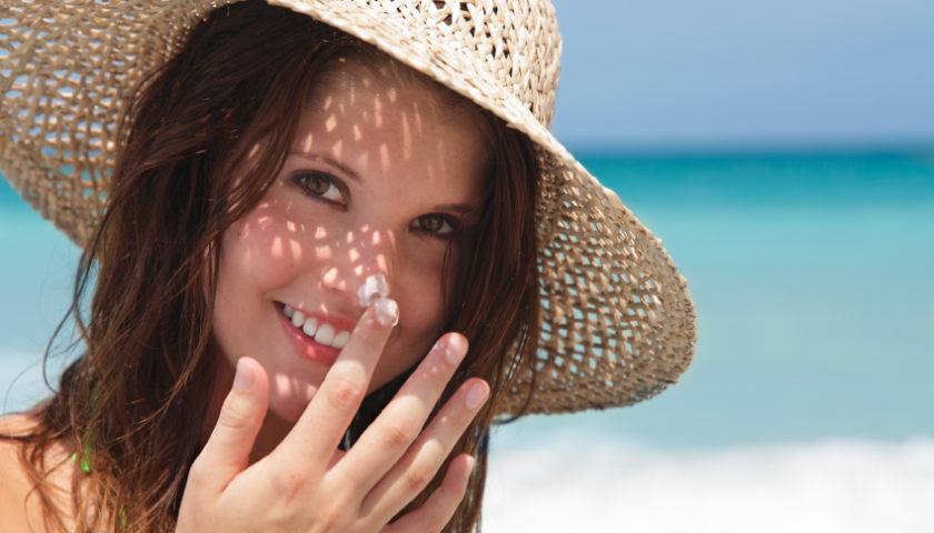 """""""Lột sạch"""" và ngăn ngừa nám tại nhà do bức xạ của ánh nắng mặt trời"""