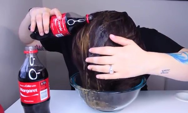 Gội đầu với nước ngọt có ga chỉ trong 10 phút, kết quả mang lại bạn sẽ ngỡ ngàng