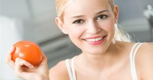 Chuẩn bị 3 quả cà chua chín rồi đem luộc để bôi lên da, kết quả sẽ khiến bạn hài lòng ngay