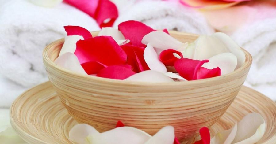 Bí quyết sử dụng nước hoa hồng giúp quầng thâm bọng mắt biến mất, da dẻ mịn đẹp như da em bé