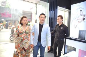 Vợ chồng diễn viên Hoàng Phúc ghé flagship store mỹ phẩm Hoa Anh Đào
